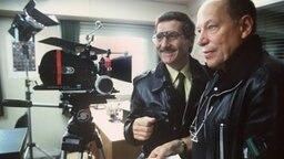 """Regisseur Jürgen Roland (rechts) während der Dreharbeiten zur ARD-Serie """"Großstadtrevier"""" im Jahr 1986, mit Freddy Quinn © dpa Foto: Chris Pohlert"""