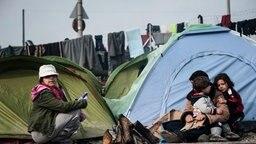 Migrants stuck at Greek-Macedonian border at the refugee camp of Idomeni © picture alliance / ZUMAPRESS.com Foto: Ivan Romano