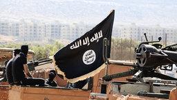 Vermummte Kämpfer des IS sitzen auf einem Auto. © picture alliance / ZUMAPRESS.com Foto: Dabiq