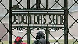 """Der Spruch """"Jedem das Seine"""" über dem Eingang zum Konzentrationslager Buchenwald © AP Fotograf: Jens Meyer"""