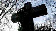 Ein Kreuz auf einem Friedhof © dpa-Bildfunk Foto: Maurizio Gambarini