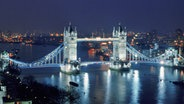 London Tower Bridge bei Nacht © picture-alliance