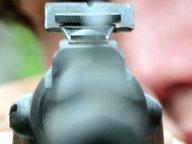 Ein Mann zielt mit einem Luftgewehr © picture-alliance/dpa