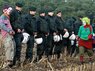 Clowns stellen sich am Sonnabend, 8. November 2008, auf einem Feld in Gorleben mit Polizisten in eine Reihe © AP Fotograf: Jörg Sarbach