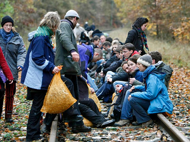 Rund 200 Atomkraftgegner sitzen am Sonntag, 9. November 2008, bei Hitzacker auf dem Bahngleis © AP Fotograf: Jörg Sarbach