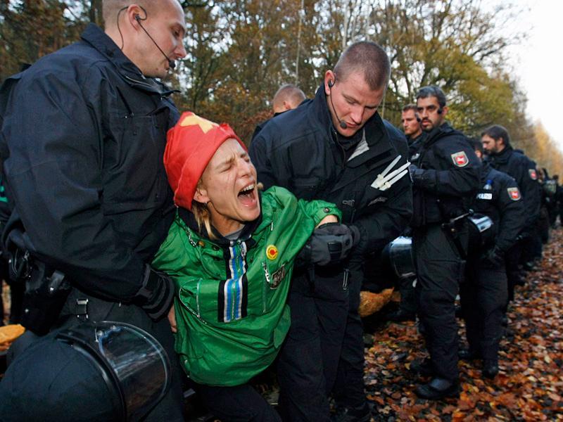 Polizisten tragen am Sonntag, 9. November 2008, bei Hitzacker eine Demonstrantin vom Bahngleis © AP Fotograf: Jörg Sarbach