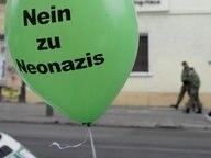 Luftballon auf Demonstration gegen Neonazis. © dpa