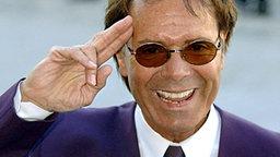 Cliff Richard salutiert © dpa - Report Foto: PA Hanson