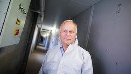 Der Bundestagsabgeordnete Johannes Röring (CDU), Präsident des Westfälisch-Lippischen Landwirtschaftsverbands (WLV) und Sprecher für den Bereich der Schweinehaltung im Deutschen Bauernverband, steht am 23.09.2016 in einem Schweinestall auf seinem Hof in Vreden (Nordrhein-Westfalen).