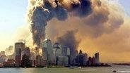 Rauch- und Staubwolke über dem World Trade Center nach den Anschlägen vom 11. September. © dpa