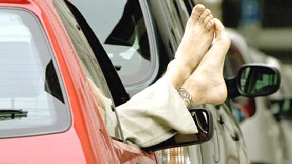 Beifahrer streckt im Stau seine Füße aus dem Autofenster © dpa - Bildarchiv