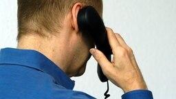 Ein Mann telefoniert © picture-alliance Fotograf: Sven Simon