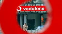 Mann verlässt die Zentrale des Mobilfunkunternehmens Vodafone in Düsseldorf © dpa - Bildfunk Fotograf: Federico Gambarini