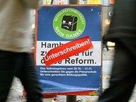 Eine Helferin sammelt Unterschriften für ein Volksbegehren der Gegner der Hamburger Schulreform. © dpa Fotograf: Angelika Warmuth