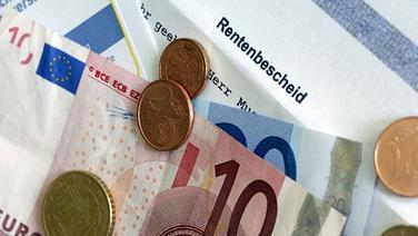Geld auf einem Rentenbescheid © picture-alliance / ZB © picture-alliance / ZB