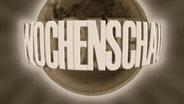 Ein Wochenschau-Schriftzug vor einer Weltkugel im Stil eines alten Films