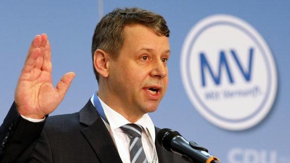 Der CDU-Landesvorsitzende und Spitzenkandidat bei der Landtagswahl 2021 spricht vor dem CDU-Parteitag in Güstrow. © dpa Foto: Bernd Wüstneck