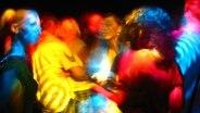 Menschen tanzen in buntem Licht © photocase Foto: neo.n