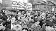 "Eine Gruppe der ""Aktionsgemeinschaft unabhängiger Deutscher"" mit einem Transparent bei einer Demonstration 1968 in Berlin. © dpa picture alliance Fotograf: Konrad Giehr"