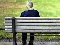 Eine alte Frau sitzt auf einer Parkbank. © picture-alliance/ ZB Fotograf: Arno Burgi