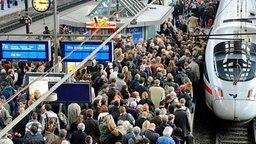 Reisende warten im Hauptbahnhof in Hamburg auf ihre Züge. © dpa Fotograf: Fabian Bimmer