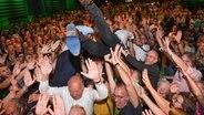 Grünen-Bundeschef Robert Habeck (r.) und der bayerische Spitzenkandidat Ludwig Hartmann springen bei der Wahlparty der Grünen von der Bühne. © dpa-Bildfunk Foto: Sven Hoppe