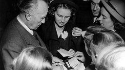 Der am 15.09.1949 zum ersten deutschen Bundeskanzler gewählte CDU-Vorsitzende Konrad Adenauer (l) wurde nach seiner Wahl um Autogramme bestürmt, als er den Sitzungssaal in Bonn verließ. © picture-alliance / dpa Foto: Vack