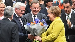Bundeskanzlerin Angela Merkel gratuliert Frank-Walter Steinmeier zur Wahl zum Bundespräsidenten. © dpa Fotograf: Ralf Hirschberger