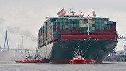 """Das Container-Schiff """"CSCL Globe"""" im Hamburger Hafen. © Hafen Hamburg Fotograf: Dietmar Hasenpusch"""