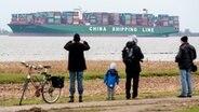 """Schaulustige beobachten den Containerriesen """"CSCL Indian Ocean"""", der in der Elbe feststeckt © NDR Fotograf: Karsten Sekund"""