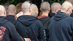 Kahlgeschorene Männerköpfe von Teilnehmern einer NPD-Veranstaltung. © dpa Foto: Peter Müller