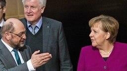 Die Parteivorsitzenden der Horst Seehofer (M., CSU), Angela Merkel (CDU) und Martin Schulz (l./SPD) stehen nebeneinander. © dpa bildfunk Fotograf: Bernd von Jutrczenka