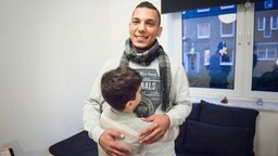 Hadi Krayem umarmt seinen Neffen Ahmed  Foto: Carolin Fromm