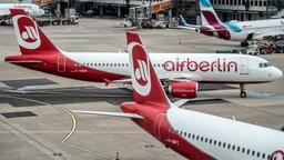 Flugzeuge von Air Berlin stehen auf einem Flughafen. © dpa Fotograf: Federico Gambarini