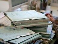 Aktenstapel auf einem Schreibtisch. © dpa Foto: Patrick Pleul