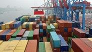 """Das Containerschiff """"Alexander von Humboldt"""" im Hamburger Hafen. © NDR Foto: Heiko Block"""