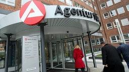 Besucher gehen in die Agentur für Arbeit in Hamburg. © dpa Fotograf: Bodo Marks