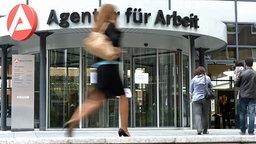 Besucher gehen in die Agentur für Arbeit in Hamburg. © dpa Fotograf: Marcus Brandt