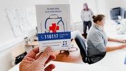 Die zentrale Rufnummer 116117 der kassenärztlichen Notfallpraxen ist auf einem Werbezettel zu sehen. Diese sollen die Notaufnahmen der Krankenhäuser in ihren Regionen von weniger dringlichen Fällen entlasten. © picture alliance / dpa Foto: Markus Scholz