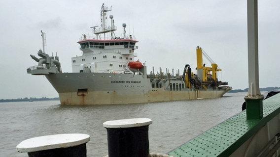 """Das Baggerschiff """"Alexander von Humboldt"""" im Hamburger Hafen. © NDR Fotograf: Reinhard Postelt"""