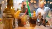 Gläser stehen in einer Bar auf einem Tisch. © picture alliance / Zoonar Foto: benis arapovic