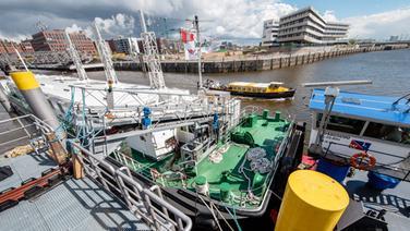 Flüssiggas-Barge im Hamburger Hafen. © dpa - Bildfunk Foto: Markus Scholz