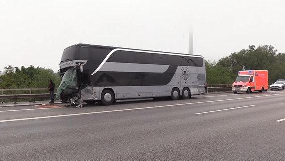 DJ Bobos Technikbus hat Unfall auf der A7 - mehrere Verletzte