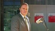 Hamburgs Kultursenator Carsten Brosda (SPD) steht während eines Besuch für eine Interview mit NDR 90,3 im Studio vor einem Mikrophon. © NDR Foto: Jean-Philipp Baeck