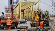 Techniker arbeiten in Hamburg im Hafen an der Kattwykbrücke, einer Querung der Süderelbe. © dpa - Bildfunk Fotograf: Axel Heimken