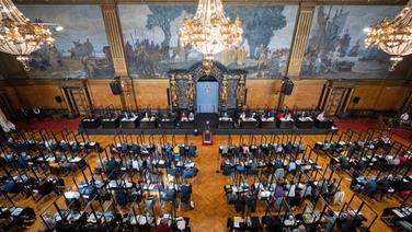Die Abgeordneten verfolgen die Sitzung der Hamburgische Bürgerschaft im Rathaus. | picture alliance / dpa