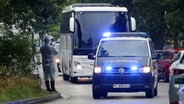 Eskortiert von Feldjägern kommt in Hamburg ein Bus mit Menschen aus Frankfurt an, die zuvor aus Afghanistan gerettet wurden. © picture alliance / dpa Foto: Bodo Marks