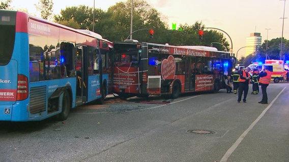 Haltesignal übersehen 15 Verletzte bei Unfall mit vier Linienbussen