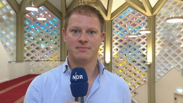 Hamburg Journal Reporter Christian Becker berichtet aus der neuen Moschee in Hamburg-Horn. © NDR Fotograf: Screenshot