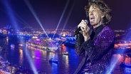 Mick Jagger vor einer Kulisse der Hamburger Cruise Days (Montage) © picture alliance/Photoshot, Fotograf: Mick Jagger: Gonzales Photo/Kim Matthai Lelan//Cruise Days: Aida/Chlietzmann